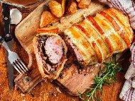 Рецепта Свинско Уелингтън - пълнено свинско контра филе в бутер тест с плънка от гъби и бекон